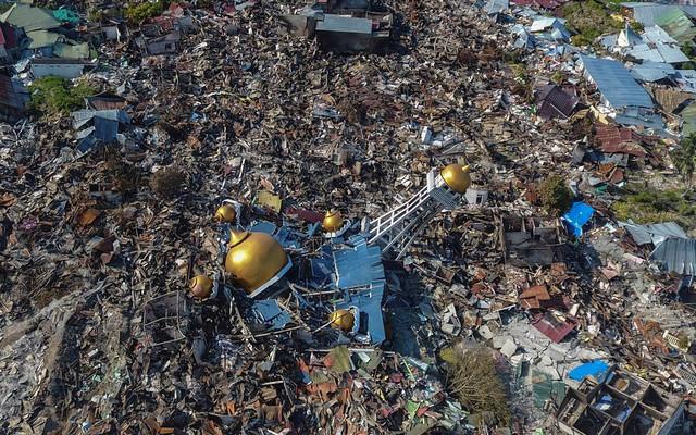 Đất hóa lỏng, cả một khu dân cư bị nuốt chửng sau thảm họa kép ở Indonesia - Ảnh 1.