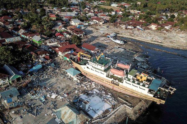Đất hóa lỏng, cả một khu dân cư bị nuốt chửng sau thảm họa kép ở Indonesia - Ảnh 2.