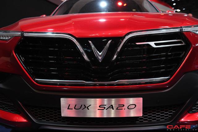HOT: Cận cảnh chi tiết ngoại - nội thất của 2 mẫu xe VinFast LUX A2.0 vừa ra mắt hoành tráng tại Paris Motor Show 2018 - Ảnh 4.
