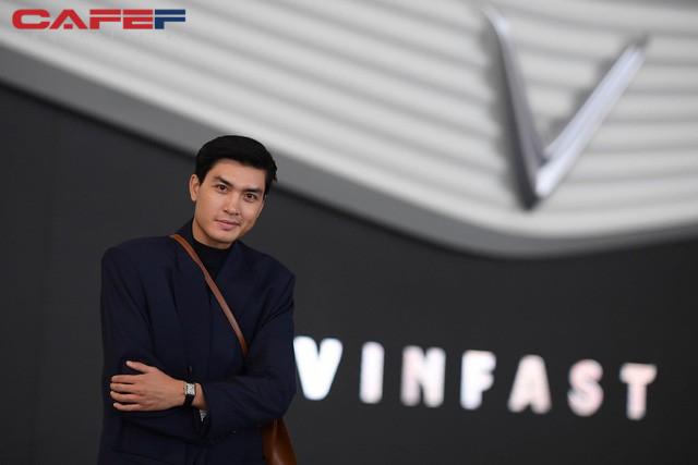 Sự kiện ra mắt ô tô VinFast: Khách mời đặc biệt Hoàng Thùy, Quang Đại xuất hiện với phong thái chuyên nghiệp trong buổi diễn tập trước giờ G - Ảnh 4.