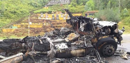 Xe đầu kéo bốc cháy dữ dội trên tuyến đường tránh Nam Hải Vân - Ảnh 3.