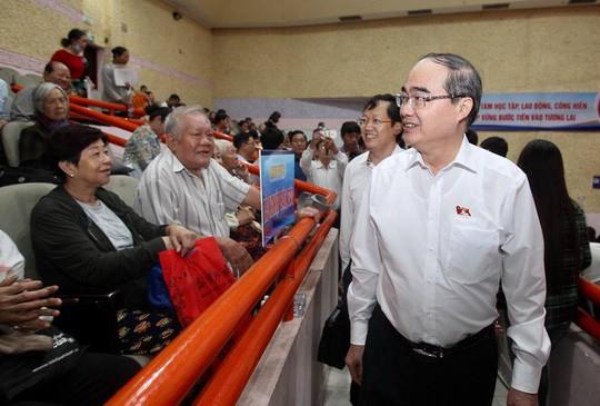 Bí thư Nguyễn Thiện Nhân đang tiếp xúc cử tri quận 2 - Ảnh 1.