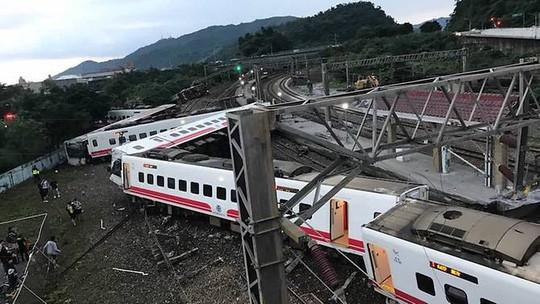 Đài Loan: Tàu trật bánh, hơn 143 người thương vong - Ảnh 1.