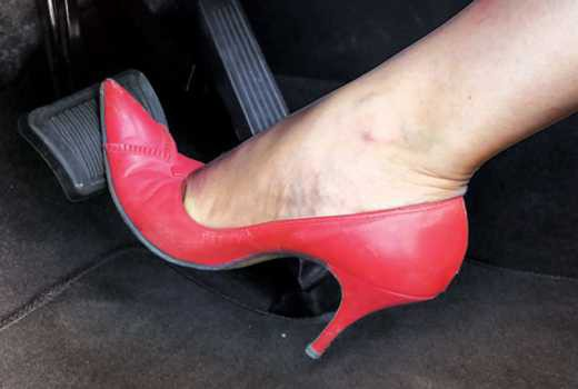 Tại sao giày cao gót lại là thủ phạm gây ra những vụ tai nạn thương tâm trên đường phố? - Ảnh 2.