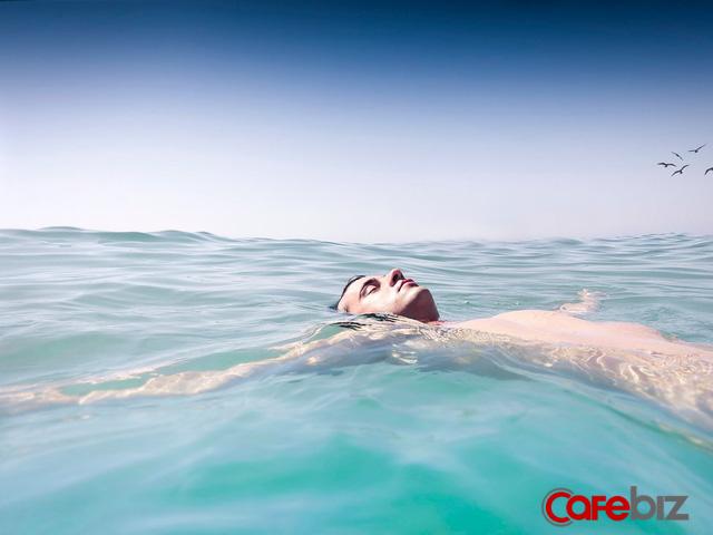 Mệt mỏi tuổi 20 ai cũng trải qua: Cuộc đời như ở giữa đại dương không xác định với với lời khuyên mơ hồ Hãy theo đuổi giấc mơ của mình - Ảnh 1.