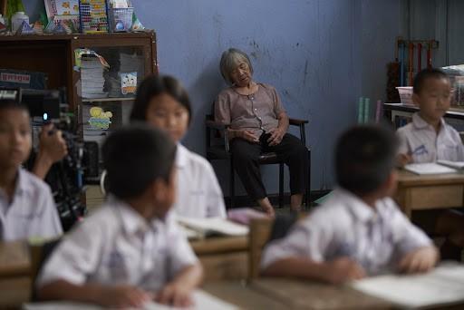 Câu chuyện thầy giáo đưa mẹ già bị Alzheimer tới lớp khiến số đông không cầm được nước mắt: Vì mẹ là người sinh ra mình, có mẹ là điều tuyệt vời nhất trên đời - Ảnh 1.