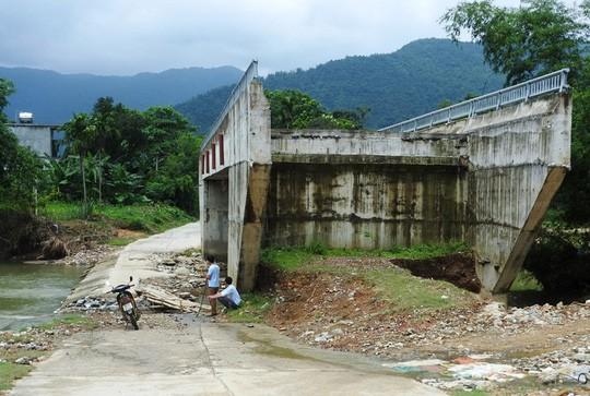 Cây cầu 15 tỉ đồng xây xong để làm cảnh, dân vẫn lội suối - Ảnh 2.