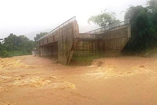 Cây cầu 15 tỉ đồng xây xong để làm cảnh, dân vẫn lội suối - Ảnh 4.