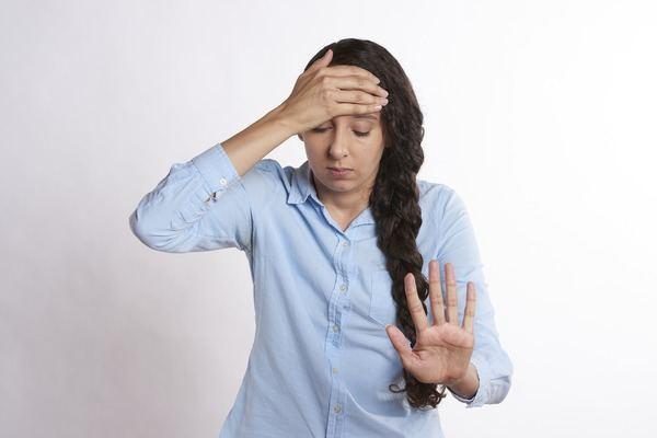 Đau nửa đầu gây ra bởi sự co giãn bất thường của mạch máu não nhưng bạn hoàn toàn có thể giảm đau bằng những thực phẩm sau - Ảnh 1.