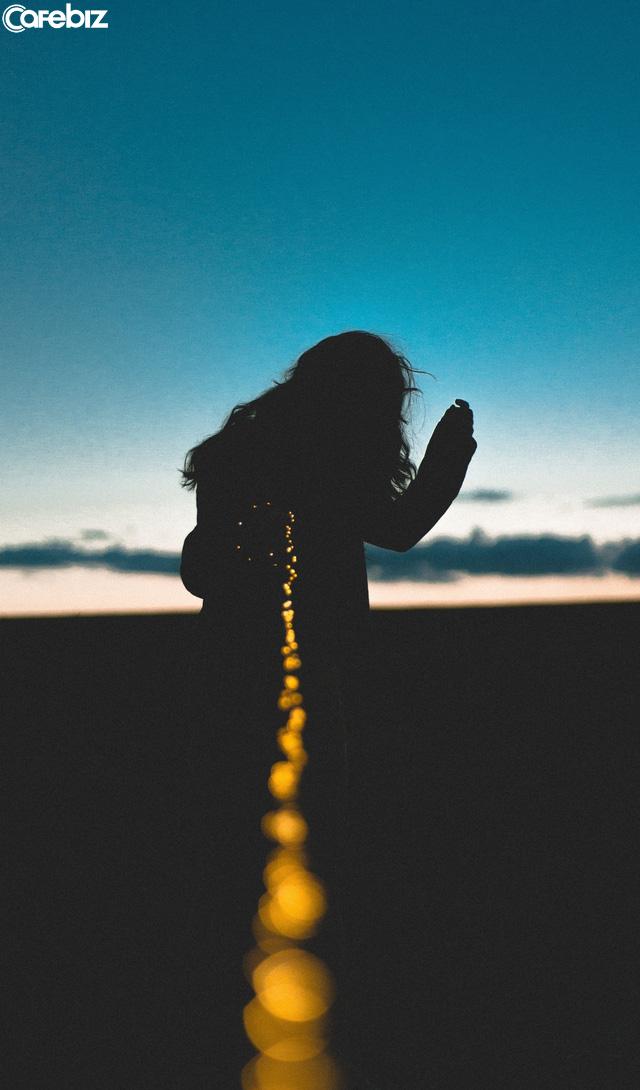 Chúng ta tìm kiếm hạnh phúc nhưng thường xuyên đày đọa bản thân vào trạng thái bất an. Muốn an yên cả đời, nhất định phải nhớ hai chữ này - Ảnh 1.