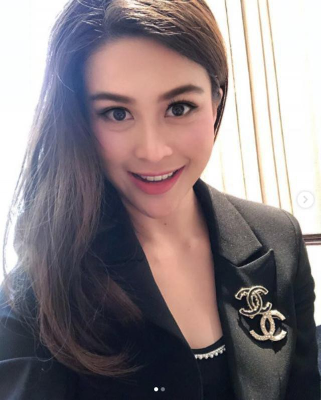 Sự nghiệp không phải dạng vừa của nữ trợ lý tử nạn cùng chủ tịch Leicester - Á hậu Hoàn vũ Thái Lan - Ảnh 1.