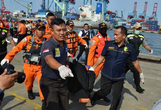 Rơi máy bay ở Indonesia: Tìm được 18 thi thể nạn nhân - Ảnh 1.