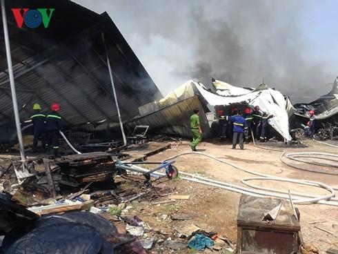 Cháy lớn tại công ty sản xuất nệm mút ở Bình Dương - Ảnh 1.