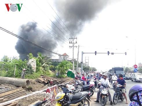 Cháy lớn tại công ty sản xuất nệm mút ở Bình Dương - Ảnh 2.