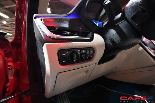 Cận cảnh nội thất SUV VinFast LUX SA2.0: Vô lăng chỉnh cơ, tích hợp điều khiển đa phương tiện và ra lệnh bằng giọng nói  - Ảnh 8.