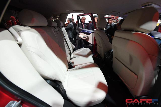 Cận cảnh nội thất SUV VinFast LUX SA2.0: Vô lăng chỉnh cơ, tích hợp điều khiển đa phương tiện và ra lệnh bằng giọng nói  - Ảnh 11.