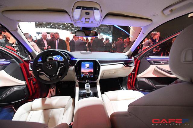 Cận cảnh nội thất SUV VinFast LUX SA2.0: Vô lăng chỉnh cơ, tích hợp điều khiển đa phương tiện và ra lệnh bằng giọng nói  - Ảnh 10.