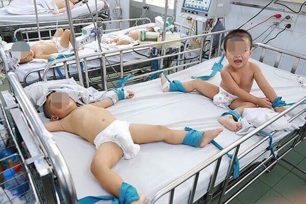 Bác sĩ chỉ rõ dấu hiệu cần đưa trẻ mắc tay chân miệng đi viện ngay lập tức, tránh tử vong - Ảnh 2.