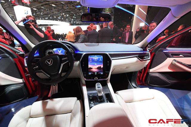 Cận cảnh nội thất SUV VinFast LUX SA2.0: Vô lăng chỉnh cơ, tích hợp điều khiển đa phương tiện và ra lệnh bằng giọng nói  - Ảnh 7.