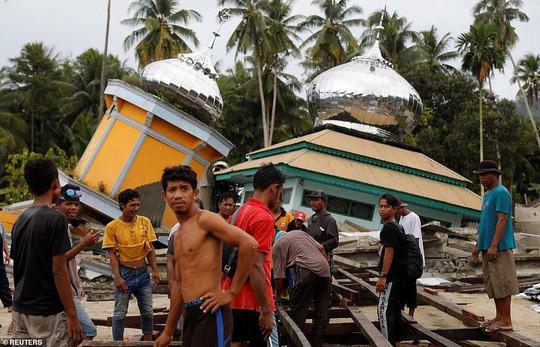 Sóng thần Indonesia: Cận cảnh đất hóa lỏng nhấn chìm cả làng - Ảnh 9.