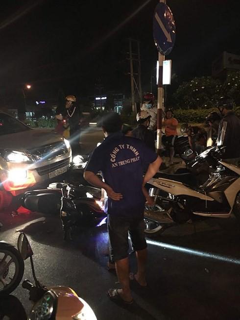 """Xe """"điên"""" tông hàng loạt ô tô, xe máy đang dừng đèn đỏ ở Đồng Nai - Ảnh 1."""