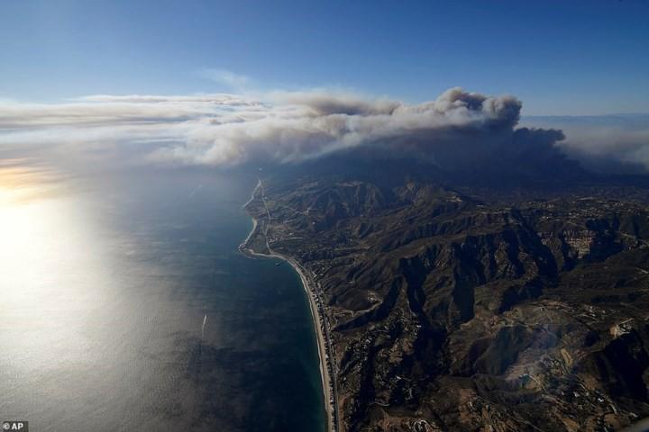 """Hãi hùng cảnh cháy rừng giống """"bom hạt nhân phát nổ"""" ở California, Mỹ - Ảnh 2."""