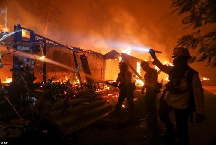"""Hãi hùng cảnh cháy rừng giống """"bom hạt nhân phát nổ"""" ở California, Mỹ - Ảnh 11."""