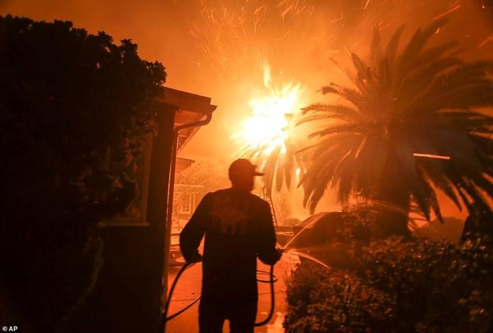 """Hãi hùng cảnh cháy rừng giống """"bom hạt nhân phát nổ"""" ở California, Mỹ - Ảnh 9."""