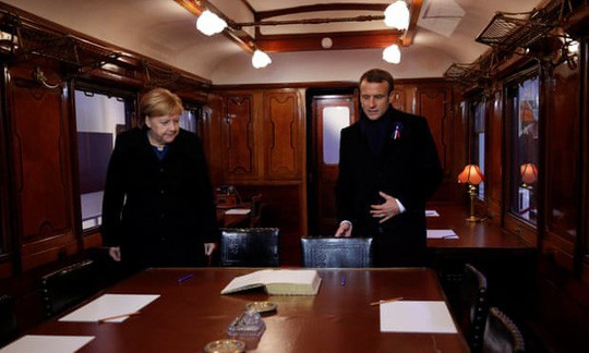 TT Trump ngại mưa, ông Macron và bà Merkel nắm chặt tay nơi nghĩa trang lịch sử - Ảnh 1.