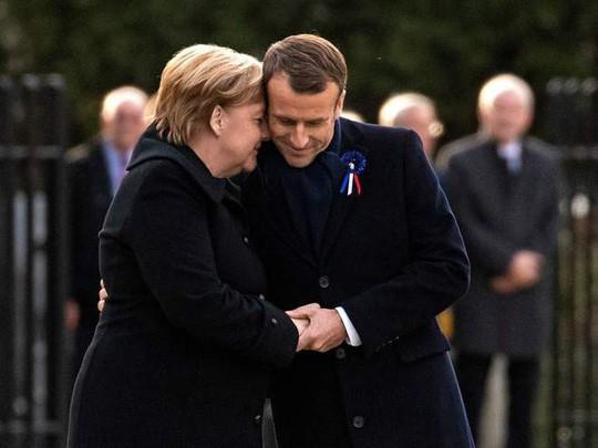 TT Trump ngại mưa, ông Macron và bà Merkel nắm chặt tay nơi nghĩa trang lịch sử - Ảnh 2.