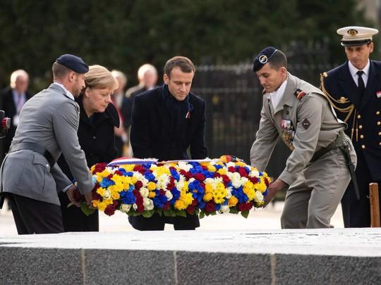 TT Trump ngại mưa, ông Macron và bà Merkel nắm chặt tay nơi nghĩa trang lịch sử - Ảnh 3.