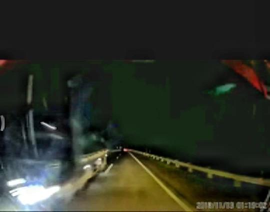 Xe tải phóng như bay ngược chiều trên cao tốc Nội Bài - Lào Cai - Ảnh 1.