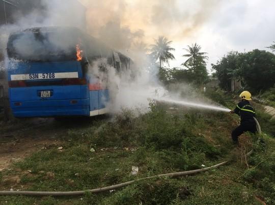 Vừa rời gara sửa chữa, xe khách 45 chỗ bỗng bốc cháy dữ dội - Ảnh 1.