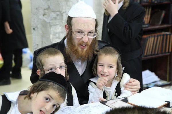 Không chỉ dạy đọc sách, người Do Thái còn giúp con phát triển tư duy nhờ điều đơn giản này - Ảnh 1.
