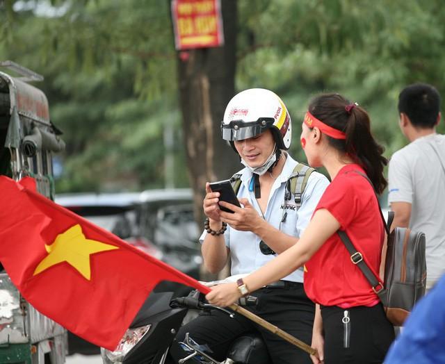 Fan cuồng sặc sỡ cờ hoa, xúng xính áo quần ùn ùn đổ về sân Mỹ Đình - Ảnh 2.