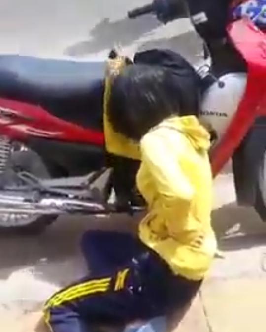 Vụ CSGT nổ súng khiến người phụ nữ bị thương: Xe máy chở theo túi đen nghi ngờ hàng cấm - Ảnh 2.