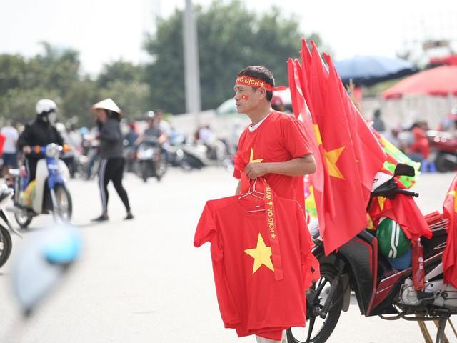 Fan cuồng sặc sỡ cờ hoa, xúng xính áo quần ùn ùn đổ về sân Mỹ Đình - Ảnh 3.