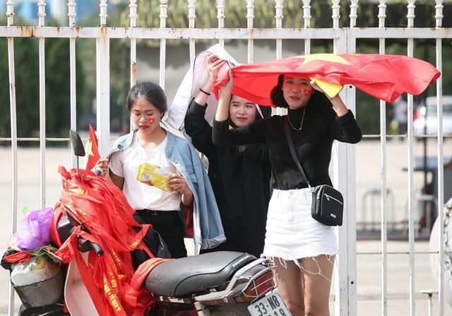 Fan cuồng sặc sỡ cờ hoa, xúng xính áo quần ùn ùn đổ về sân Mỹ Đình - Ảnh 4.