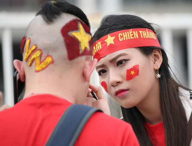 Fan cuồng sặc sỡ cờ hoa, xúng xính áo quần ùn ùn đổ về sân Mỹ Đình - Ảnh 7.
