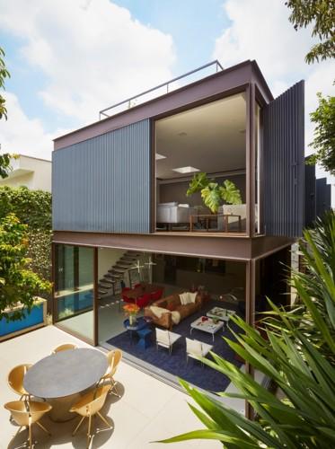 Ngôi nhà 2 tầng có vườn cây xanh tốt bao quanh - Ảnh 1.
