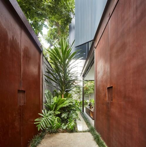 Ngôi nhà 2 tầng có vườn cây xanh tốt bao quanh - Ảnh 2.