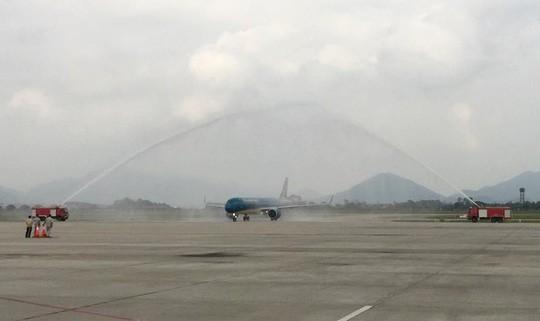 Cận cảnh nghi thức phun nước đón máy bay thế hệ mới Airbus A321neo - Ảnh 2.