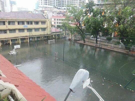 Nha Trang chìm trong biển nước, Quốc lộ 1 và đường sắt tắc nghẽn - Ảnh 1.