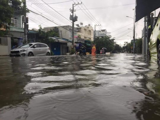 Nha Trang chìm trong biển nước, Quốc lộ 1 và đường sắt tắc nghẽn - Ảnh 2.