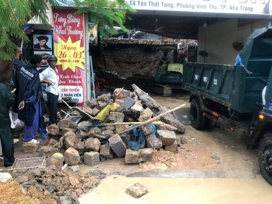 Sạt lở kinh hoàng ở Nha Trang, ít nhất 12 người thiệt mạng - Ảnh 1.