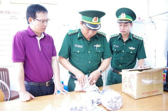 Một thuyền viên vận chuyển đồng hồ lậu từ Singapore vào Việt Nam - Ảnh 1.