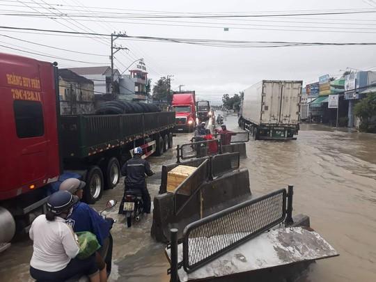 Nha Trang chìm trong biển nước, Quốc lộ 1 và đường sắt tắc nghẽn - Ảnh 12.