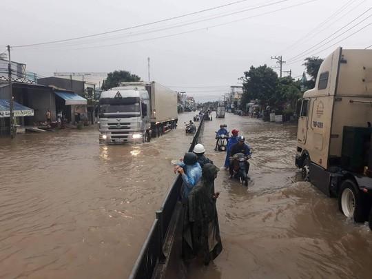 Nha Trang chìm trong biển nước, Quốc lộ 1 và đường sắt tắc nghẽn - Ảnh 13.