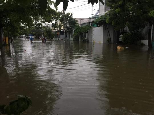 Nha Trang chìm trong biển nước, Quốc lộ 1 và đường sắt tắc nghẽn - Ảnh 3.
