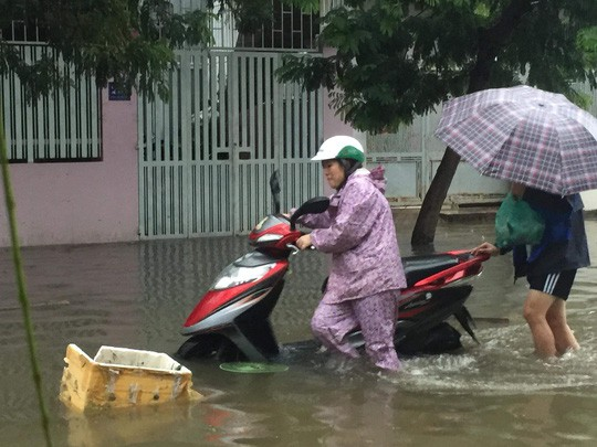 Nha Trang chìm trong biển nước, Quốc lộ 1 và đường sắt tắc nghẽn - Ảnh 4.